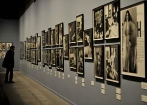 Helmut Newton reklámfotós képeibõl nyílt kiállítás Budap