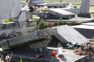 Önkormányzati megbízásból síremlékeket döntöttek le a z