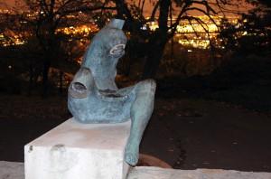 Megrongálták az Ülõ nõ címû szobrot a Gellért-hegyen