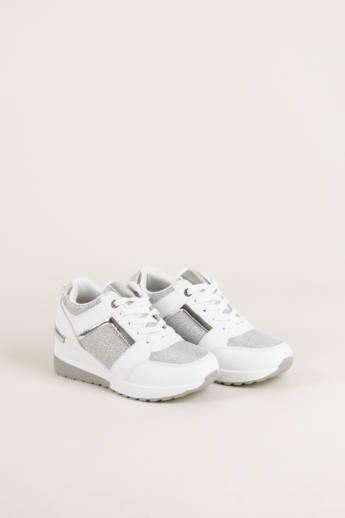 Női sneakerben a járás élvezet